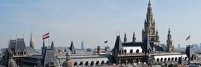 Blick auf das Rathaus, im Hintergrund die Wiener Skyline