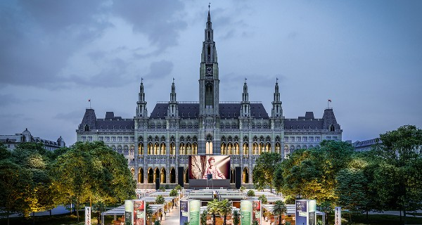 Film festival visitors looking at a screen with the Vienna City Hall in the back