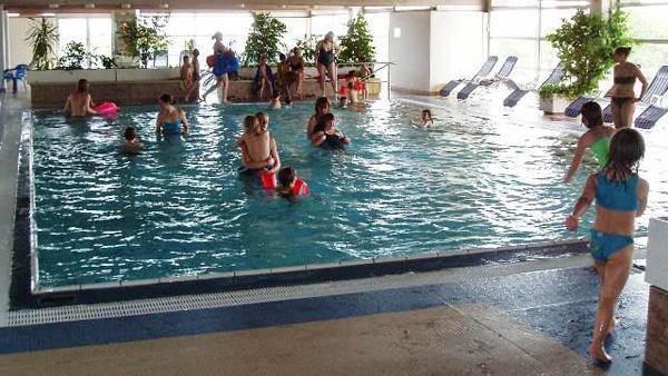 Eltern Mit Kindern Im Schwimmbad