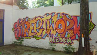 Streetwork Graffiti in einem Innenhof