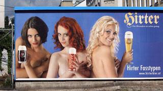 Sexistische Werbung mit drei Frauen und iener Biermarke