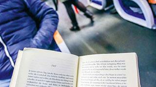 Ein offenes Buch als Reiselektüre in der Schnellbahn.