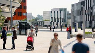 Fußgängerinnen und Fußgänger am Campus der Wirtschaftsuniversität Wien.