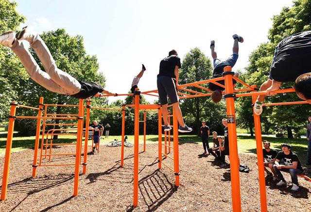 Klettergerüst Fitness : Fitness frau stock foto thinkstock