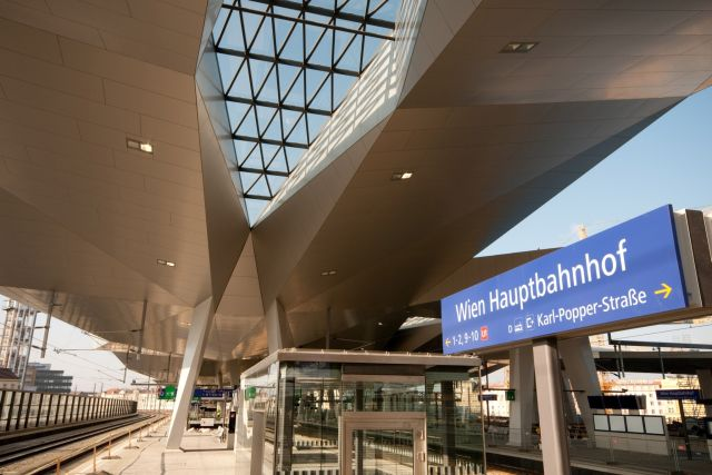 how to get from vienna airport to train station