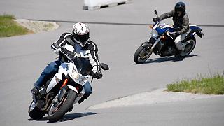Zwei Motorradfahrer beim Kurventraining