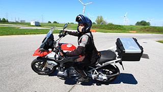Motorradfahrerin beim Fahrtechniktraining