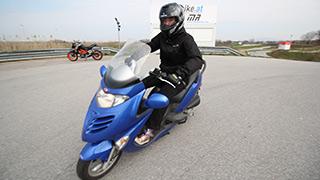 Junger Mopedfahrer beim Fahrtechniktraining