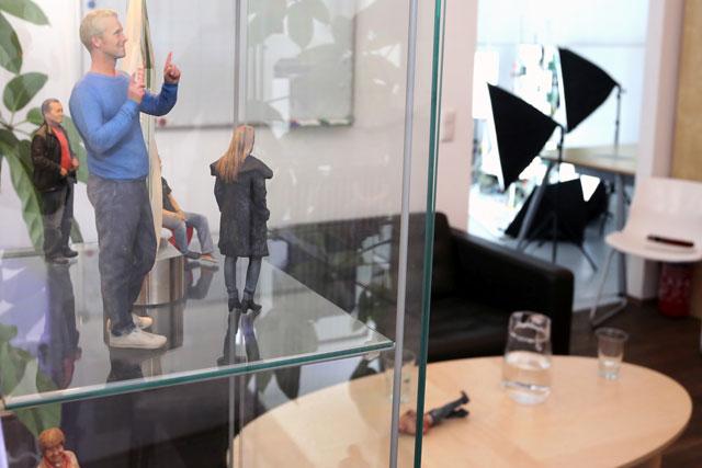 3D Fotoskulpturen In Einer Vitrine Mit Studio